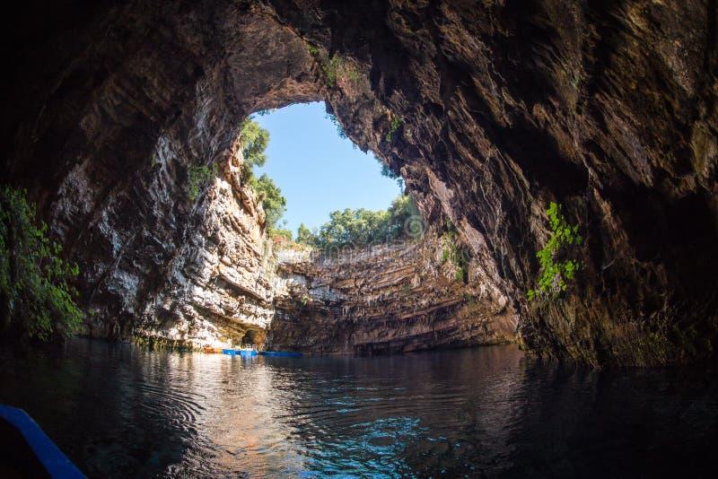 Lago famoso di melissani sull'isola di Kefalonia in Grecia immagini stock