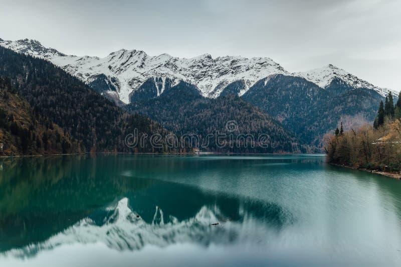 Lago famoso Ritsa nell'inverno, Abhazia, Georgia fotografia stock