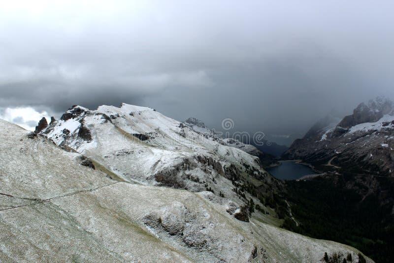 Lago Fedaia - доломиты гор Snowy - итальянские Альпы стоковые изображения