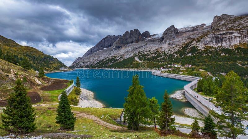 Lago Fedaia Fedaia sjö, Fassa dal, Trentino Alto Adige, royaltyfri bild