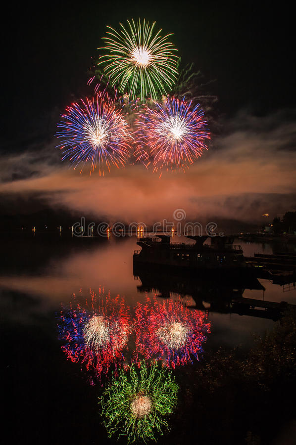 Lago fireworks imagem de stock royalty free