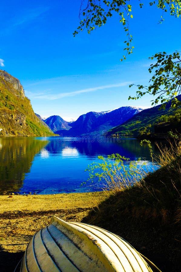 Lago fjord e barca di legno, paesaggio della Norvegia, paesaggio norvegese fotografia stock