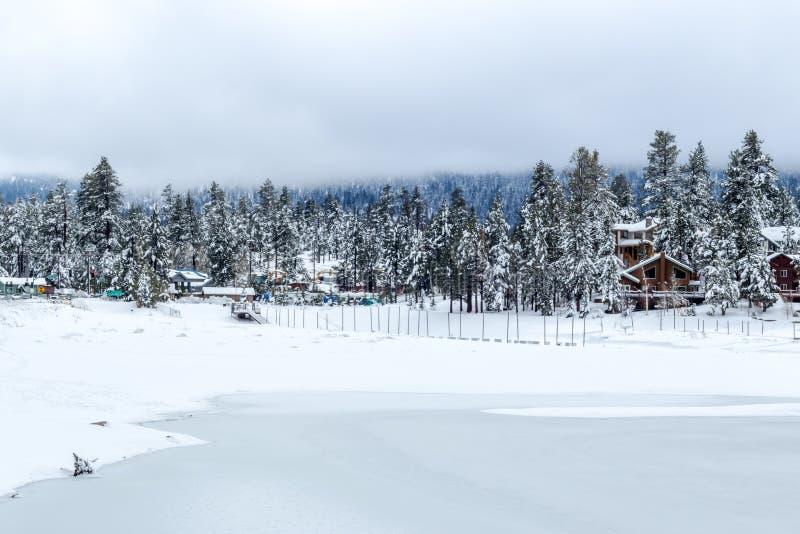Lago Flozen, alterações climáticas LAK em Califórnia do sul, Big Bear imagens de stock royalty free