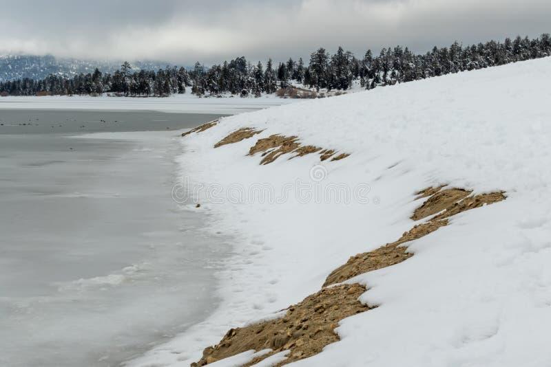 Lago Flozen, alterações climáticas LAK em Califórnia do sul, Big Bear foto de stock royalty free