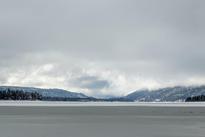 Lago Flozen, alterações climáticas LAK em Califórnia do sul, Big Bear foto de stock