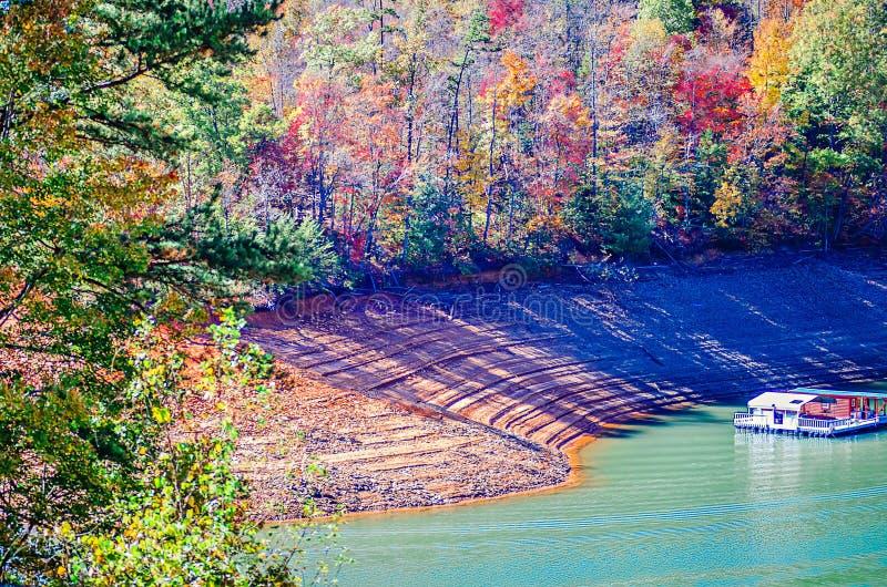 Lago Fontana del arounf di scene della natura in grandi montagne fumose fotografia stock