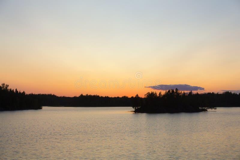 Lago forest después de la puesta del sol dramática foto de archivo libre de regalías