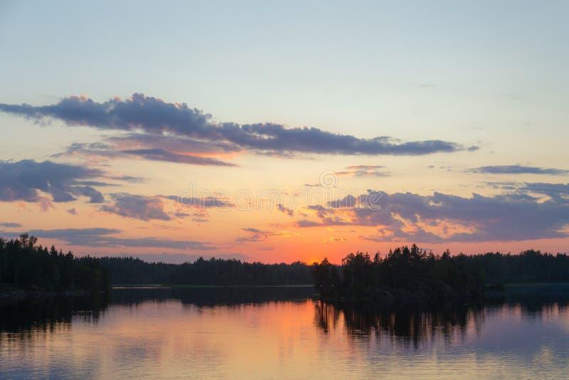 Lago forest en la puesta del sol dramática imagen de archivo