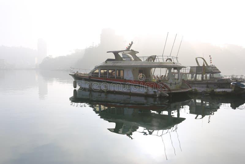 Lago in foschia fotografia stock libera da diritti