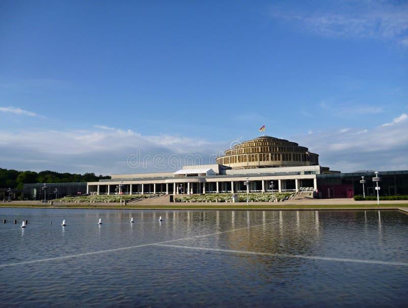 Lago fountain em Wroclaw com construção histórica imagem de stock royalty free
