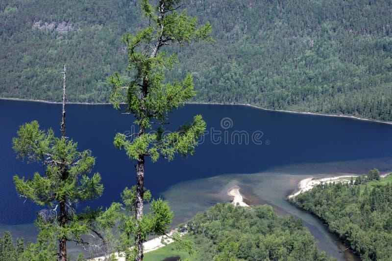 Lago Frolikha nelle montagne di Baikal fotografia stock