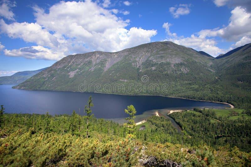 Lago Frolikha nelle montagne di Baikal fotografia stock libera da diritti