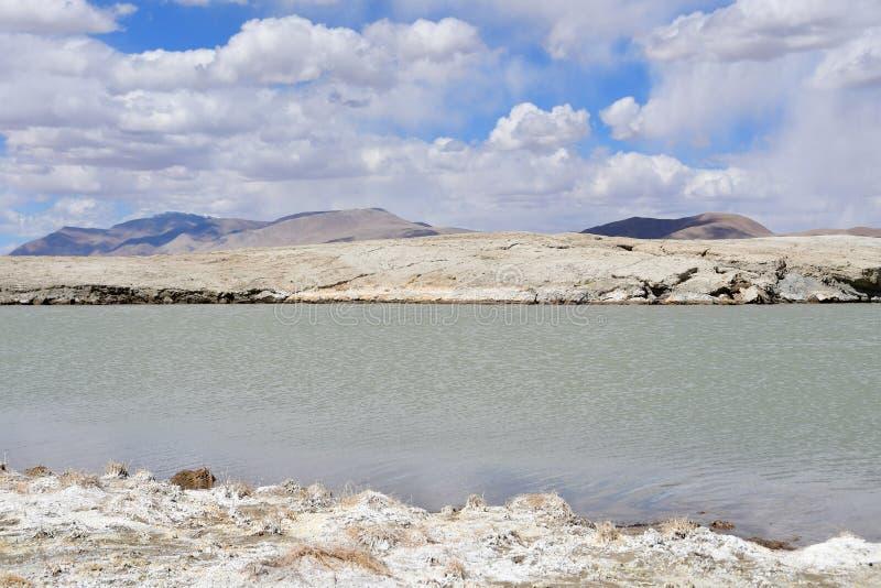 Lago fuertemente salino cerca del pueblo de Yakra en Tíbet, China fotografía de archivo