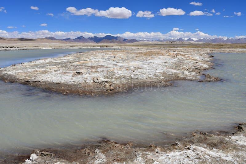 Lago fuertemente salino cerca del pueblo de Yakra en Tíbet, China foto de archivo libre de regalías