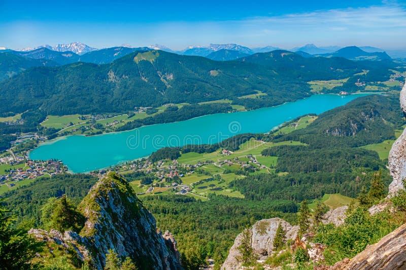 Lago Fuschlsee, em Salzkammergut, Áustria, no verão imagens de stock
