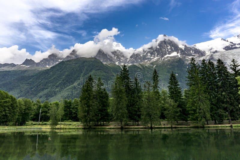 Lago Gaillands con vistas a Mont Blanc Chamonix francia imagen de archivo libre de regalías