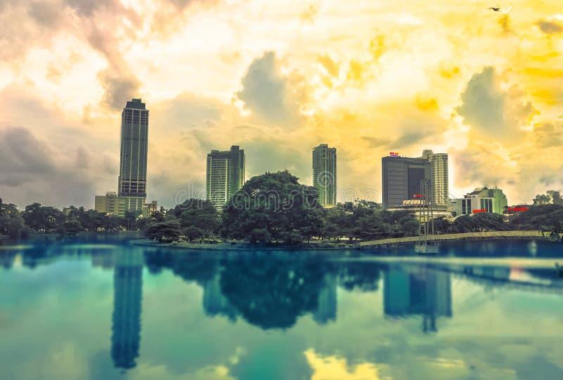 Lago Gangaramaya Colombo, Sri Lanka beira fotografia stock libera da diritti