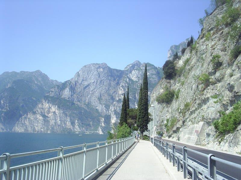 Lago Garda del camino de la línea de costa imagenes de archivo