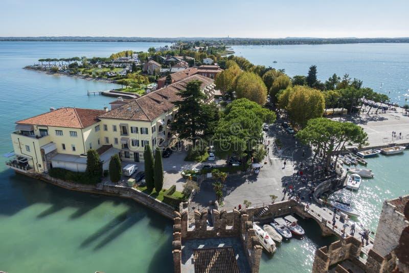 Lago Garda do panorama Vista em Sirmione Itália imagem de stock royalty free