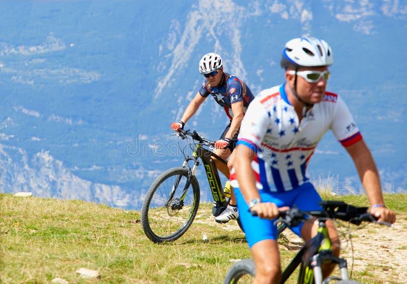 Lago Garda Monte Baldo Italia - 15 de agosto de 2017: turistas en el top de la montaña fotos de archivo