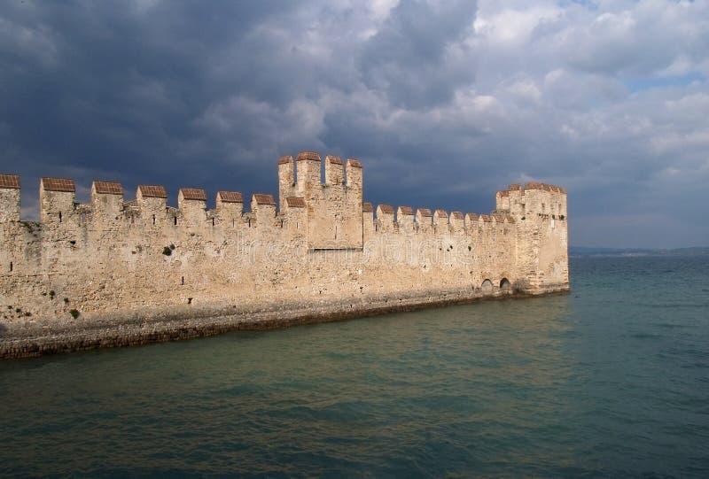 Lago Garda; o castelo de Sirmione foto de stock