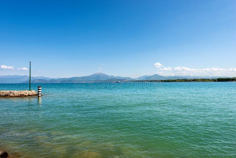 Lago Garda perto de Peschiera - Vêneto Italia imagens de stock