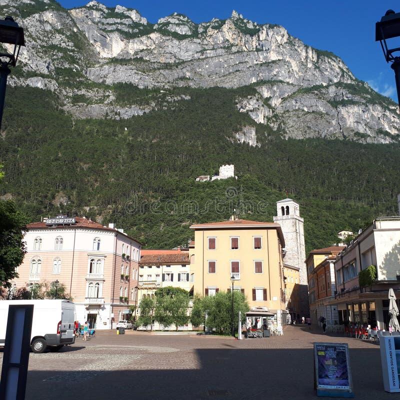 Lago Garda, pueblo de montaña, cordillera, ciudad, formas de relieve montañosas imagen de archivo libre de regalías