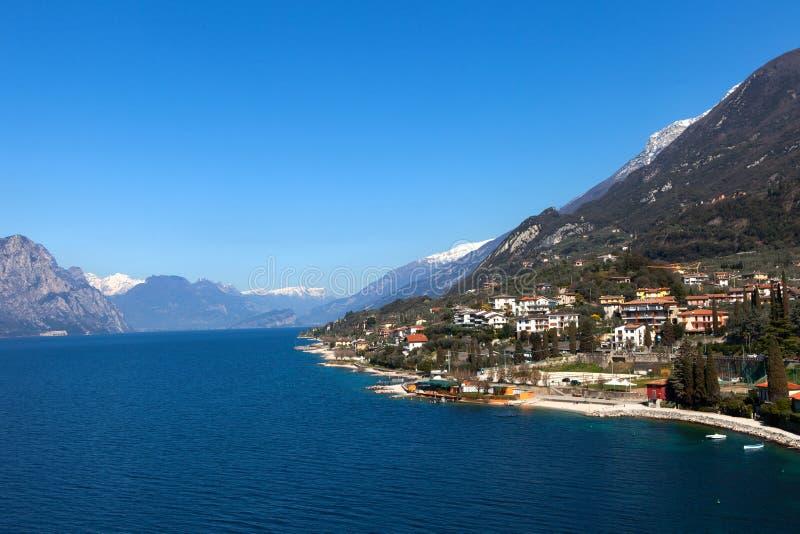 Lago Garda y la ciudad de Malcesine fotografía de archivo libre de regalías