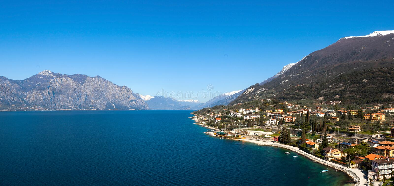 Lago Garda y la ciudad de Malcesine fotografía de archivo