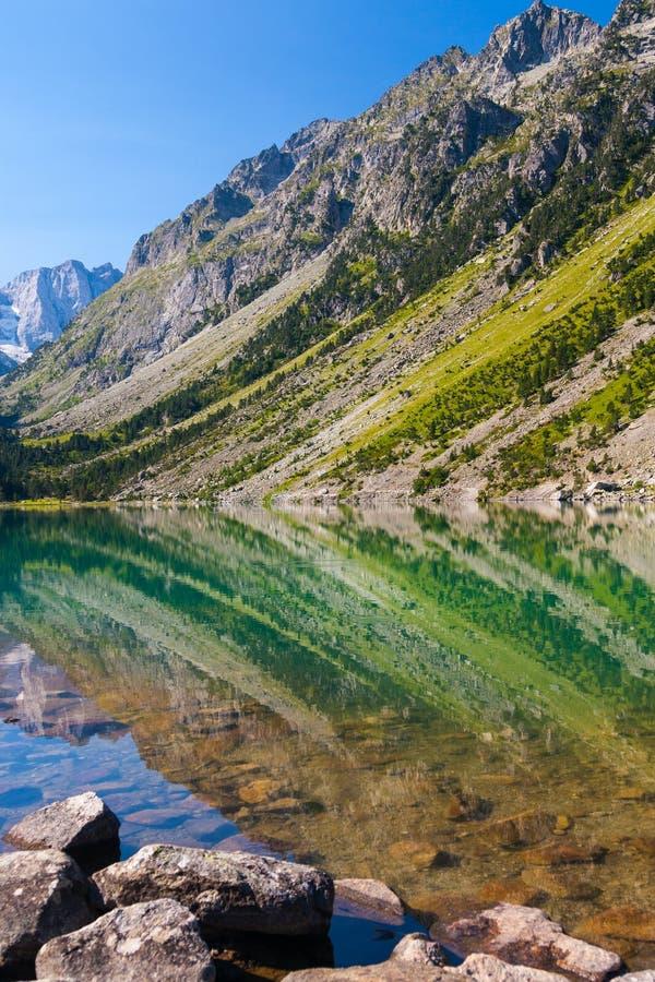 Lago Gaube na cordilheira de Pyrenees imagem de stock royalty free