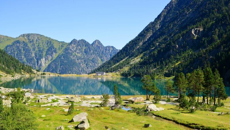 Lago Gaube na montanha de Pyrenees, França fotos de stock