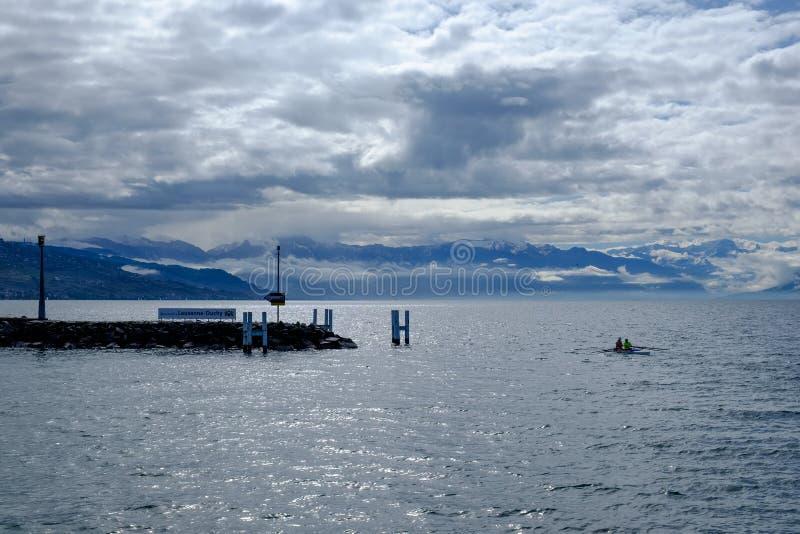 Lago Genebra e céu nebuloso imagens de stock