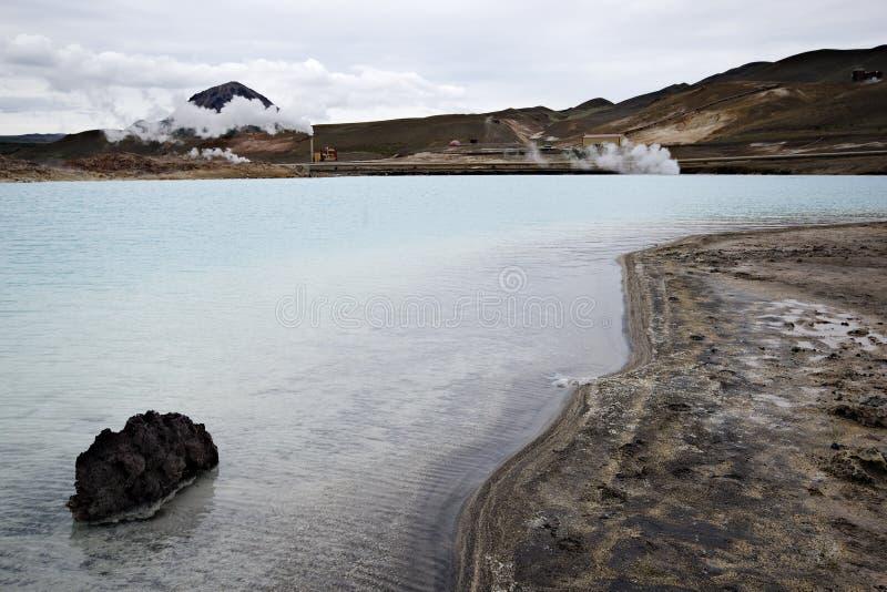 Lago geotermico vicino alla centrale elettrica geotermica immagini stock libere da diritti