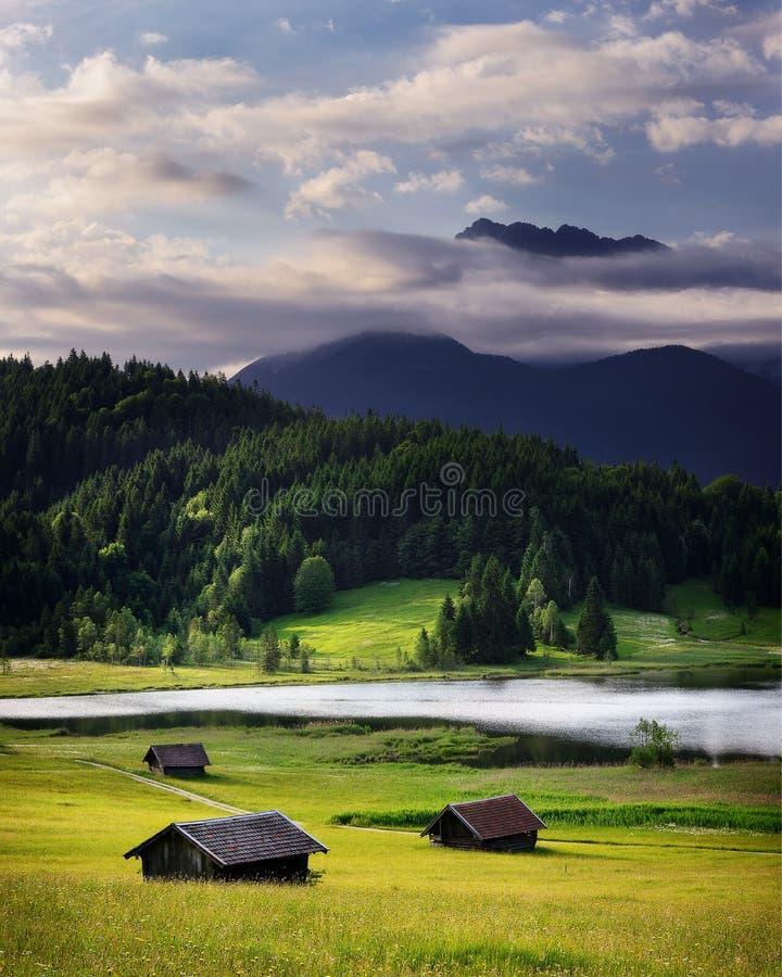 Lago Geroldsee durante día de verano con salida del sol de niebla Montañas bávaras, Baviera, Alemania fotografía de archivo