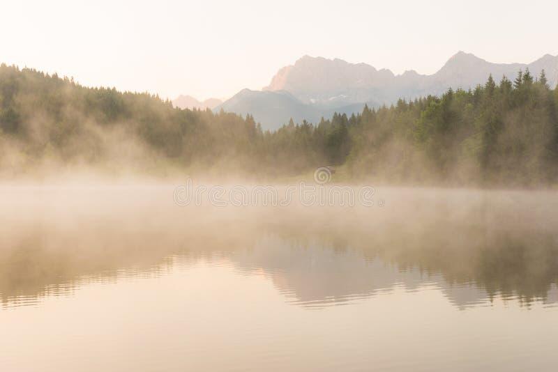 Lago Geroldsee en una mañana brumosa imagen de archivo libre de regalías