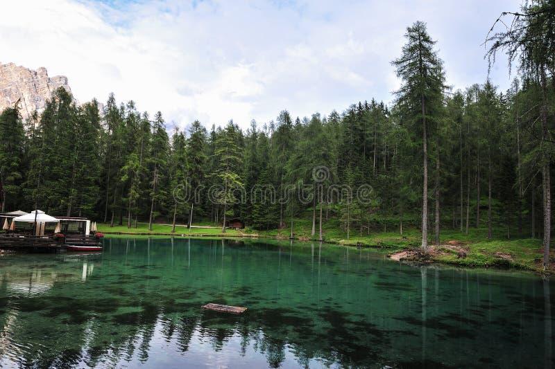Lago Ghedina pelo lado Céu, árvores e água clara fotografia de stock royalty free
