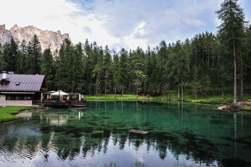 Lago Ghedina por el lado Cielo, árboles y agua clara fotografía de archivo libre de regalías