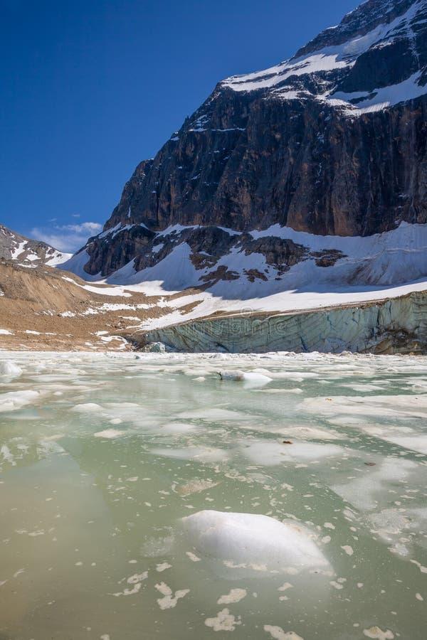 Lago glacial abaixo do Mt Edith Cavell, Jasper National Park, Alberta foto de stock