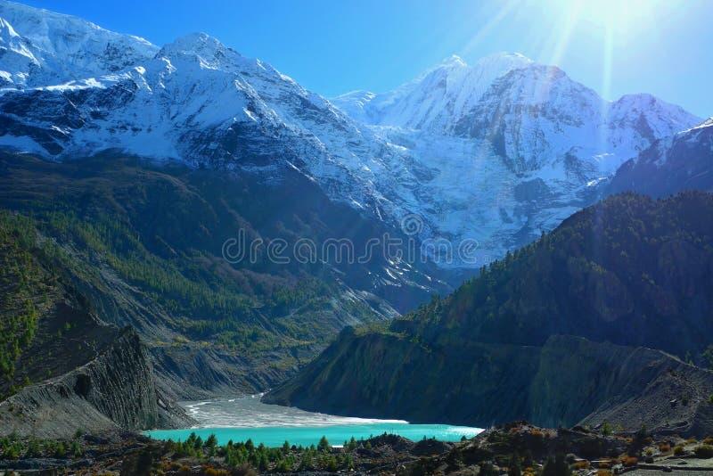 Lago glacial bonito perto da vila de Manang no circuito de Annapurna foto de stock royalty free