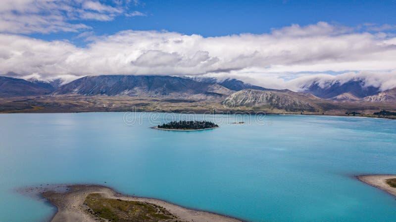 Lago glacial que sorprende con la isla foto de archivo