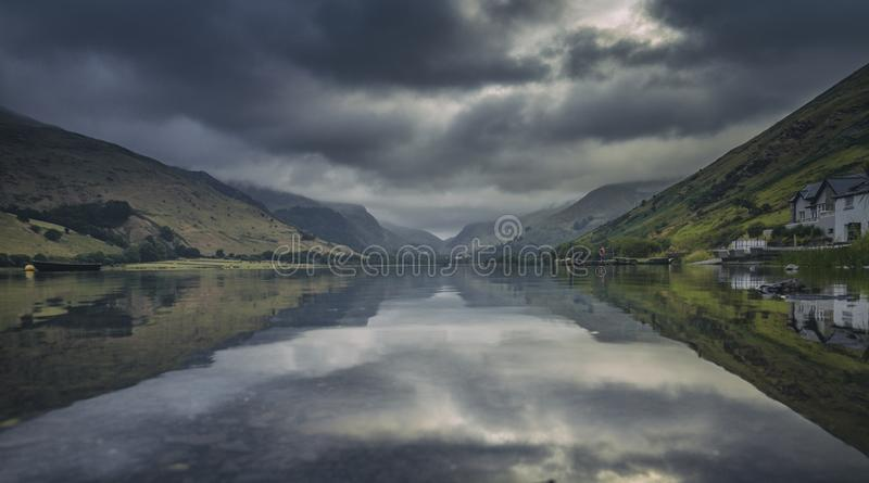 Lago glaciale scenico Talyllyn in Galles del nord immagine stock