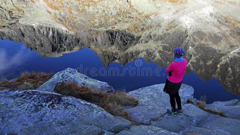 Lago glacier y Mountain View en el parque nacional de Vysoke Tatry, Eslovaquia fotos de archivo