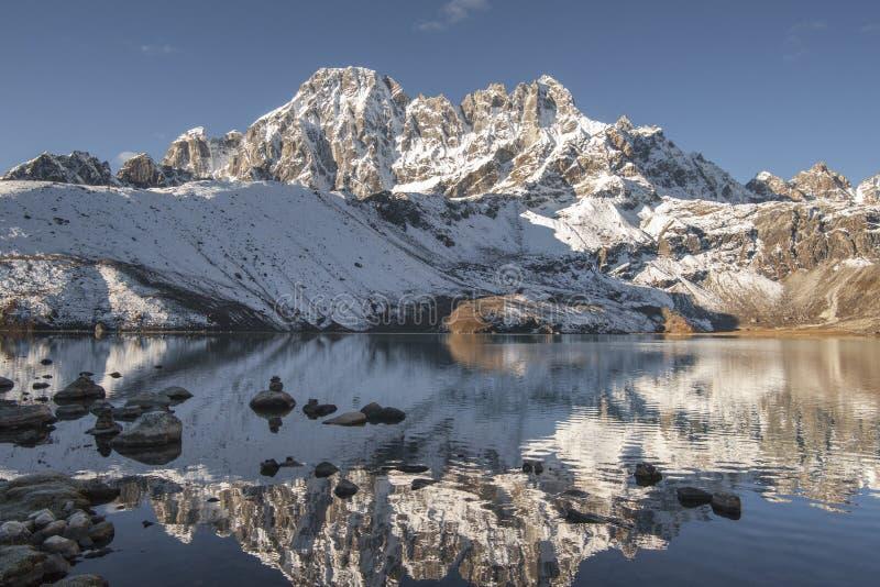Lago Gokyo y cumbres Himalayan fotos de archivo libres de regalías