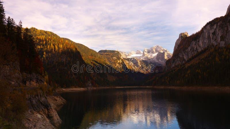 Lago Gosau in autunno l'austria immagini stock libere da diritti