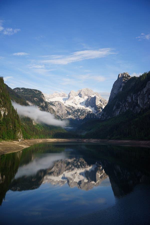 Lago Gosau nelle montagne dell'Austria immagine stock