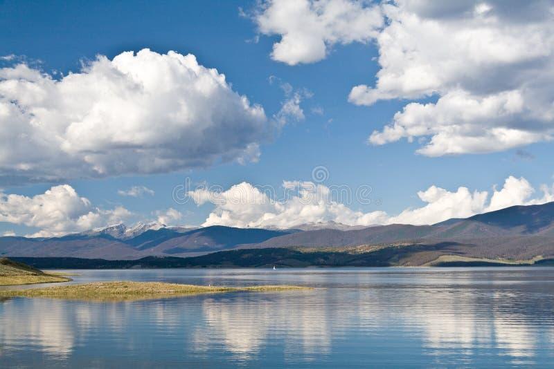 Lago Granby com as nuvens brancas agradáveis em um céu azul, Colorado, EUA fotografia de stock royalty free
