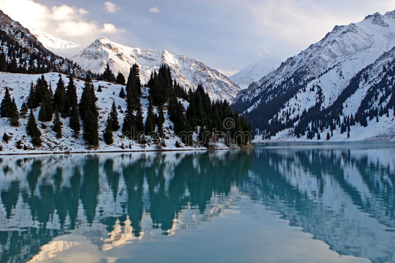 Lago grande Almaty. foto de archivo