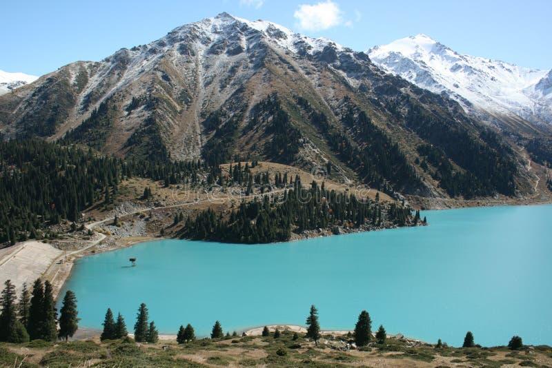 Lago grande Almaty com montanhas imagem de stock