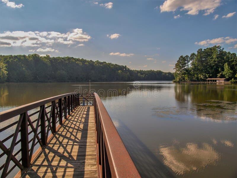 Lago grande en Guillermo B Parque de estado de Umstead imagen de archivo