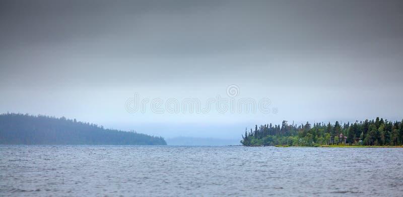 Lago grande Imandra, Kola Peninsula, imagenes de archivo